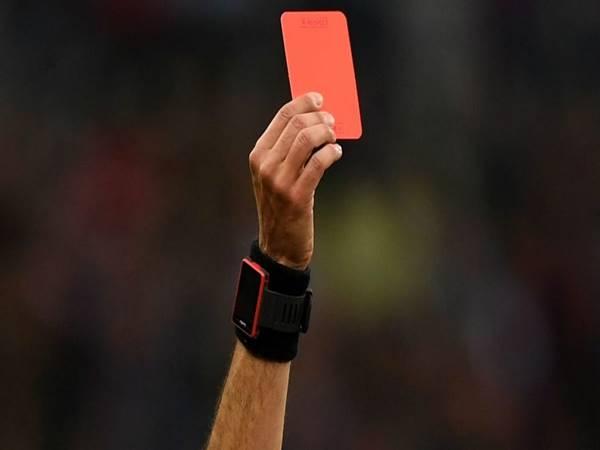 Thẻ đỏ là gì? Trường hợp nào thì trọng tài sẽ sử dụng thẻ đỏ?