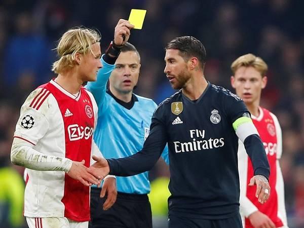 Tẩy thẻ là gì? Tại sao lại phải tẩy thẻ trong bóng đá?